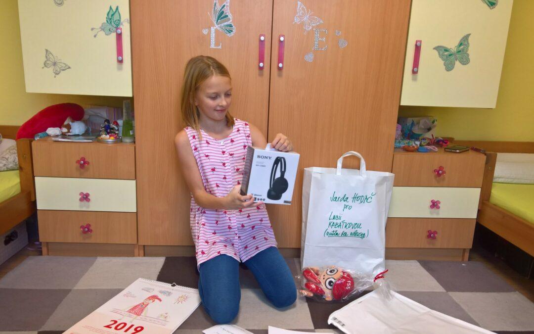 Předání odměn vítězkám v soutěži Malování s Kryštůfkem
